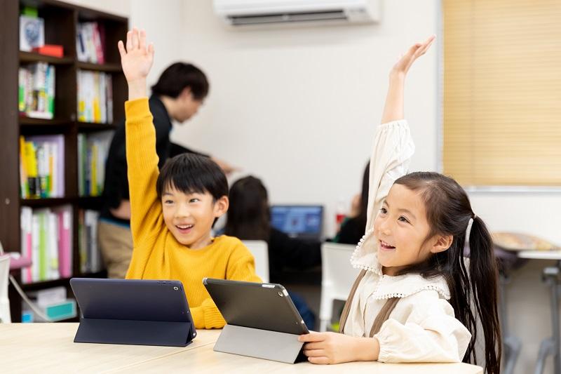 ノートPCを楽しそうに見ている子供